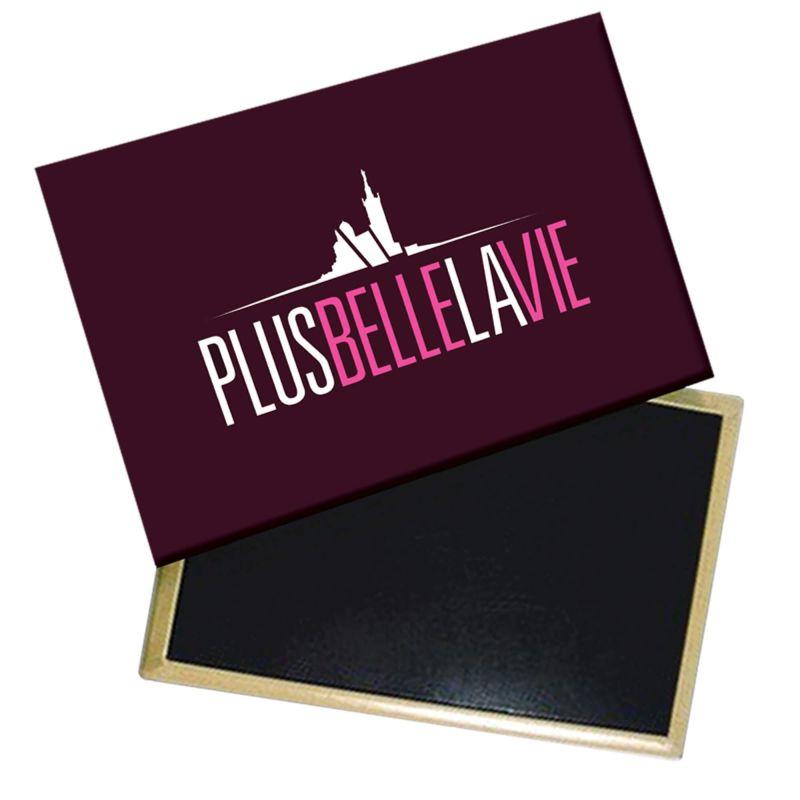 Magnet Plus Belle La Vie Logo Rose sur Fond Noir